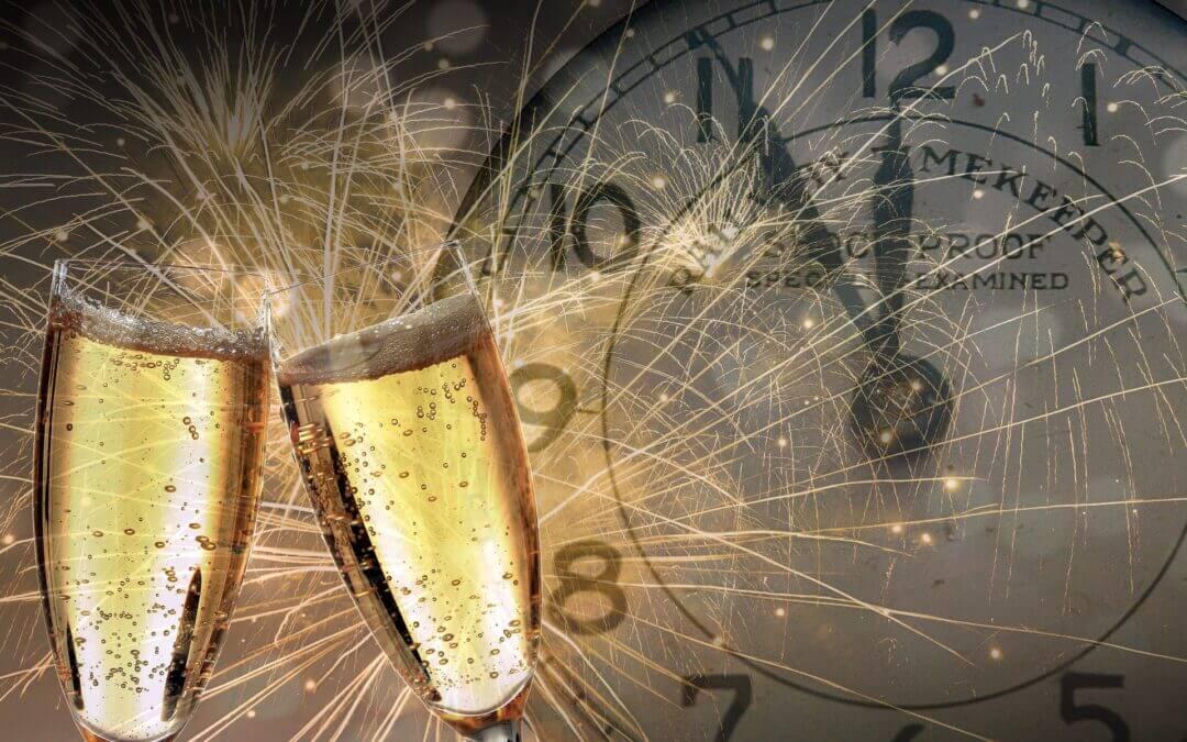 Champagneglas och en klocka
