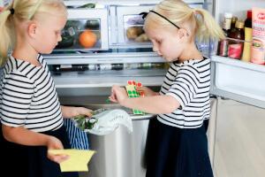 Barn som tar fram mat